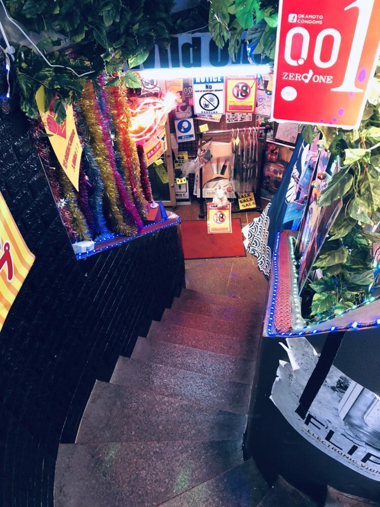 階段を降りてワイルドワン道玄坂店に入店